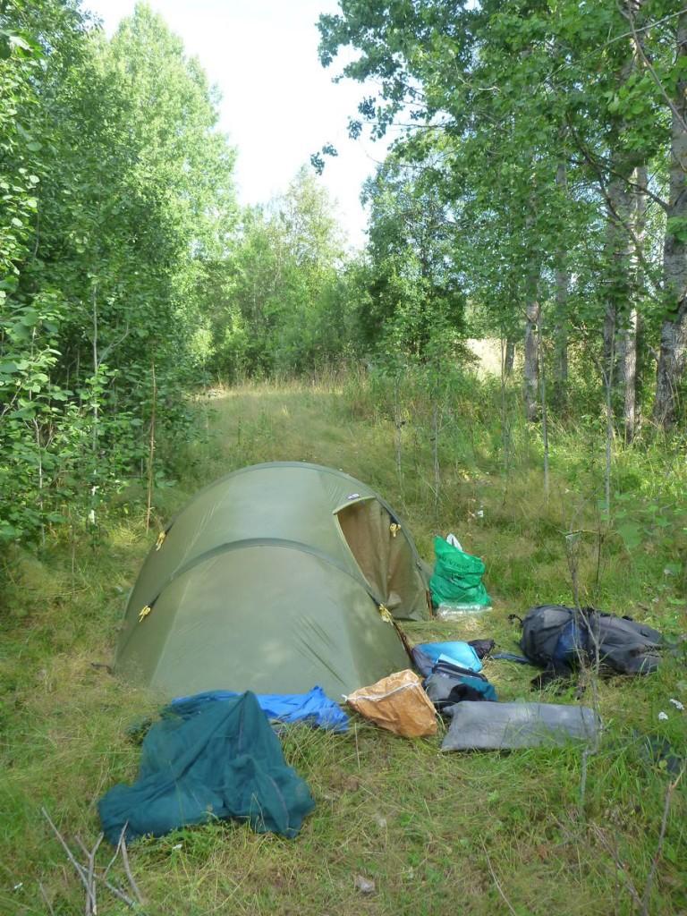 Après deux jours de marche dans la forêt et ayant été assaillis par les taons à chaque seconde, je m'écroule dans ma tente
