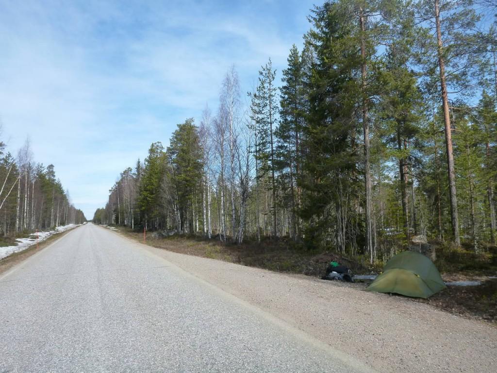 Etant en période de dégèle, les forêts deviennent de véritables marécages (à cause de la neige qui fond) et il est impossible de marcher ou encore planter la tente à l'intérieur.