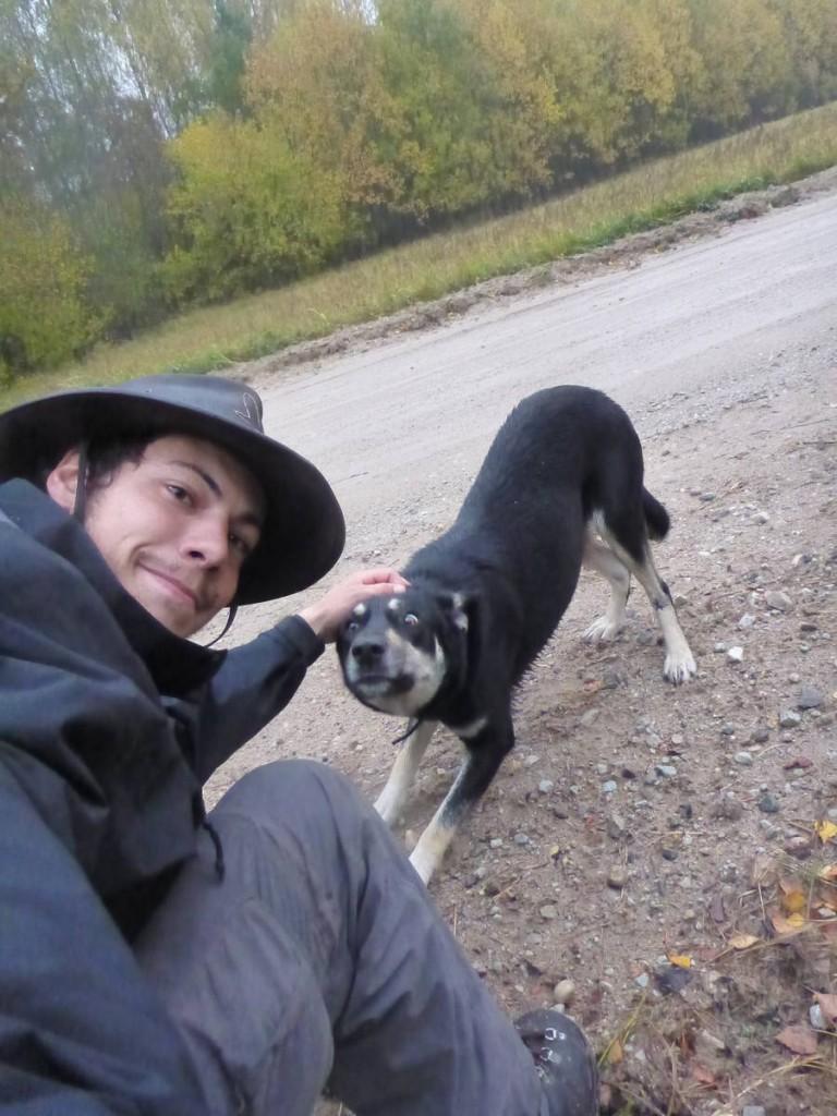 Je rencontre un chien sur la piste qui m'accompagne pour quelques kilomètres
