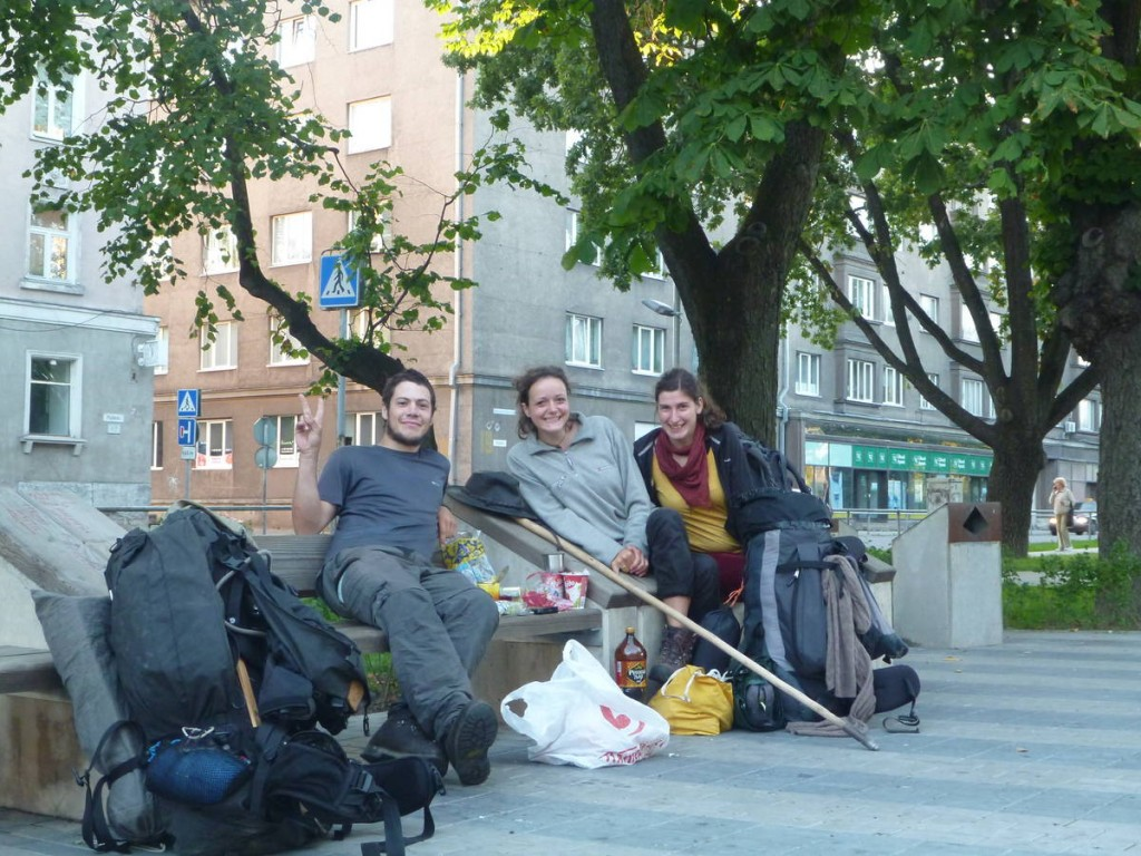 Rencontre de deux allemandes voyageant à travers l'europe et la russie en auto-stop