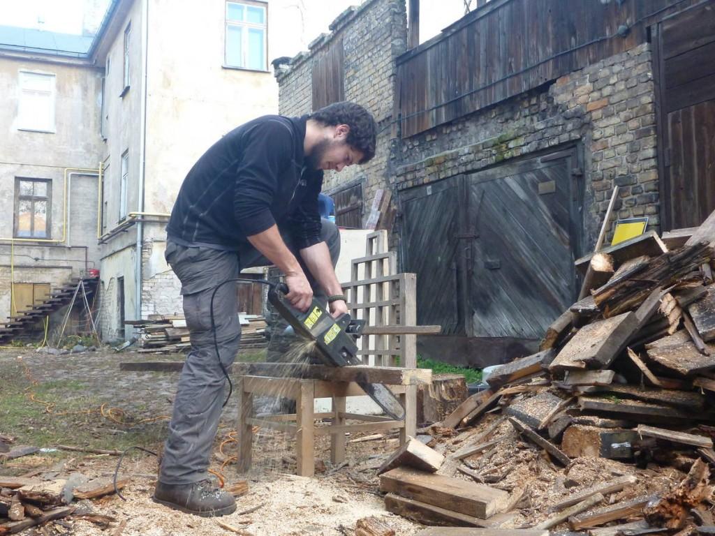 Je les aide à divers tâches, notamment couper du bois