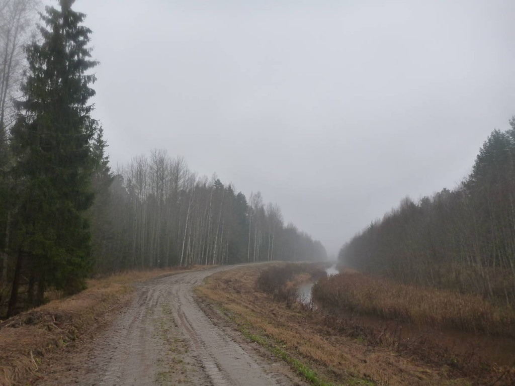 Je me dirige vers la lituanie par des pistes boueuses et désertes