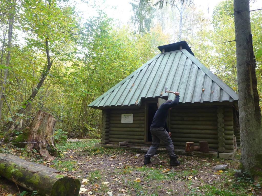 Je trouve une cabane dans la forêt; Je décide d'y rester trois jours afin de me reposer