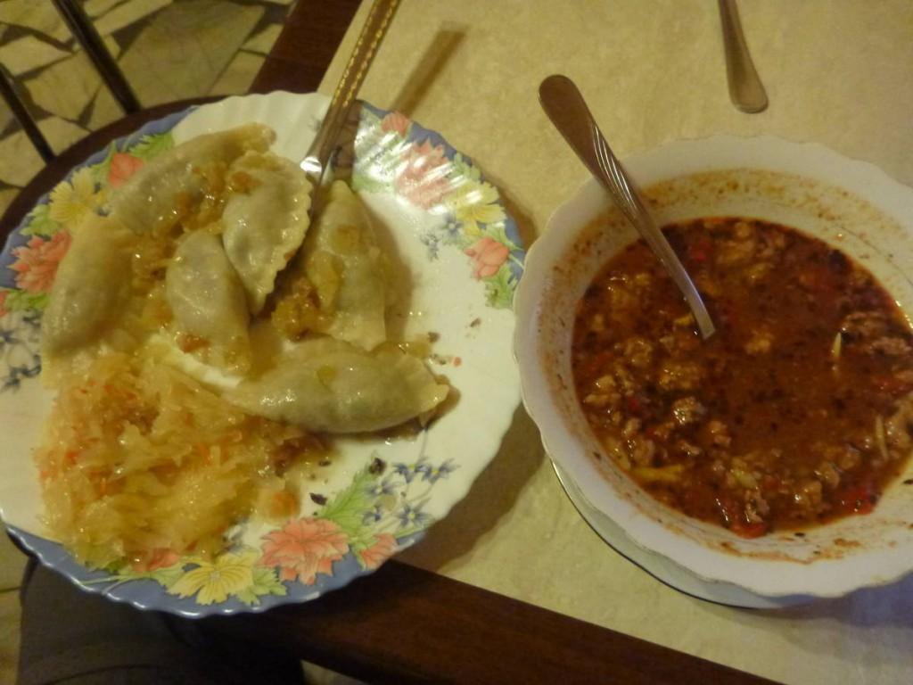 Je goûte à plusieurs plats nationaux tels que les pierogis et le goulash