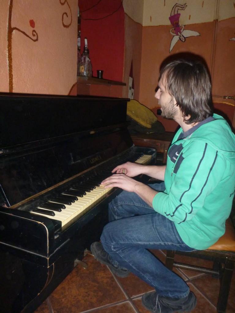 Et je sors le soir dans certains bars d'un autre âge  que me fait découvrir Maciej