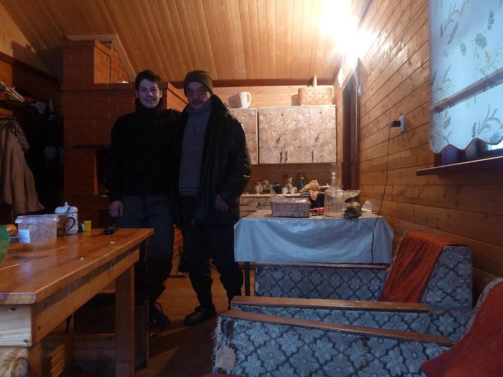 Cet homme et ses nombreux amis me loge pendant deux jours dans sa cabane dans la forêt