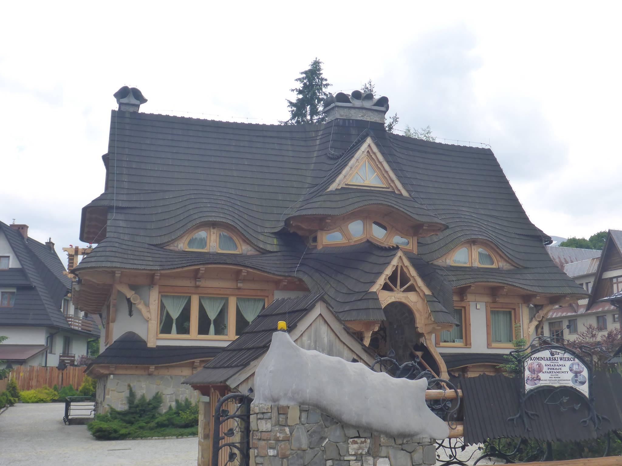 De très belles maisons sont construites dans ce grand village