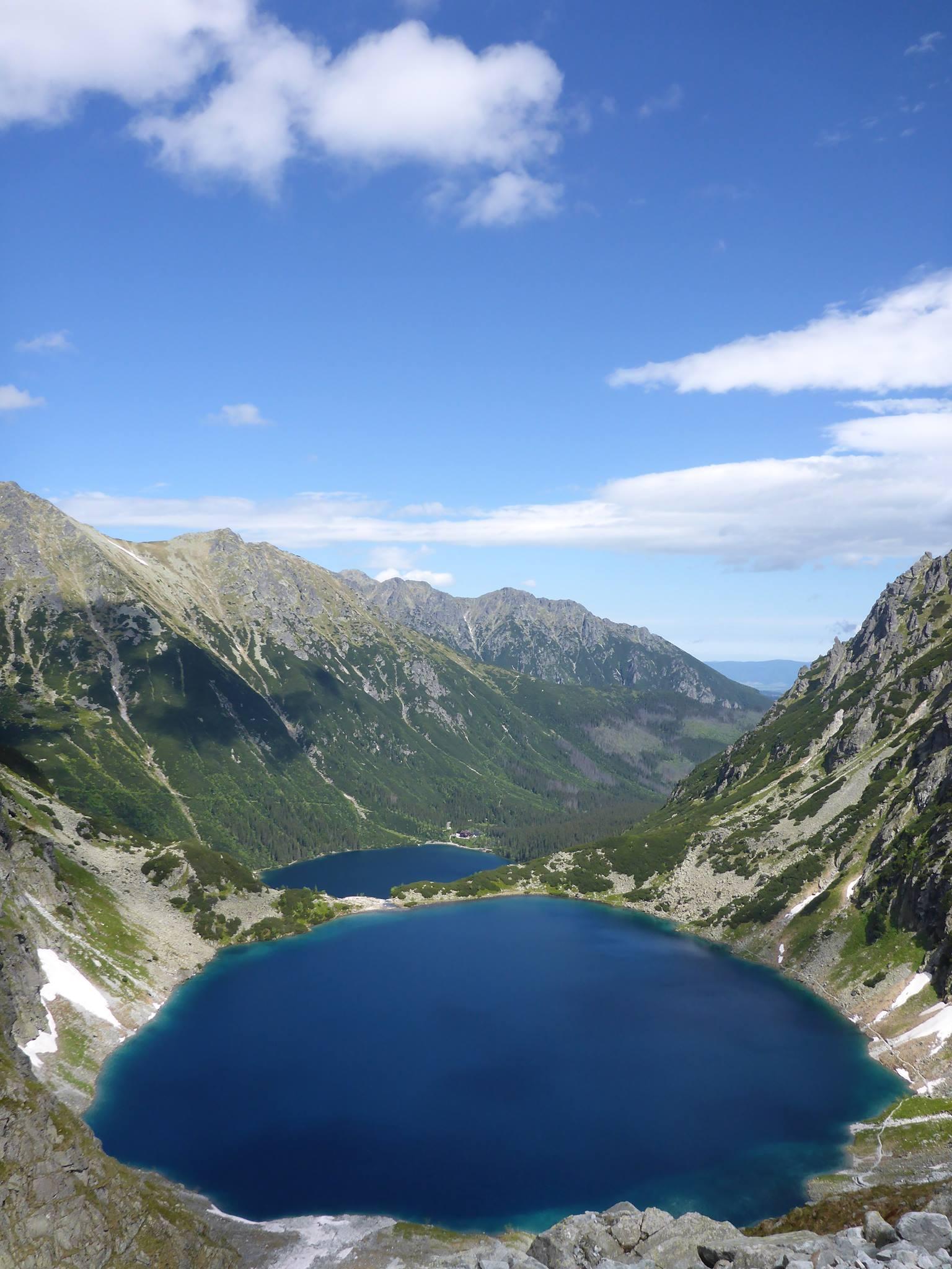 Je commence l'ascension en compagnie de Tomek. La vue sur les deux lacs en contrebas est époustouflante