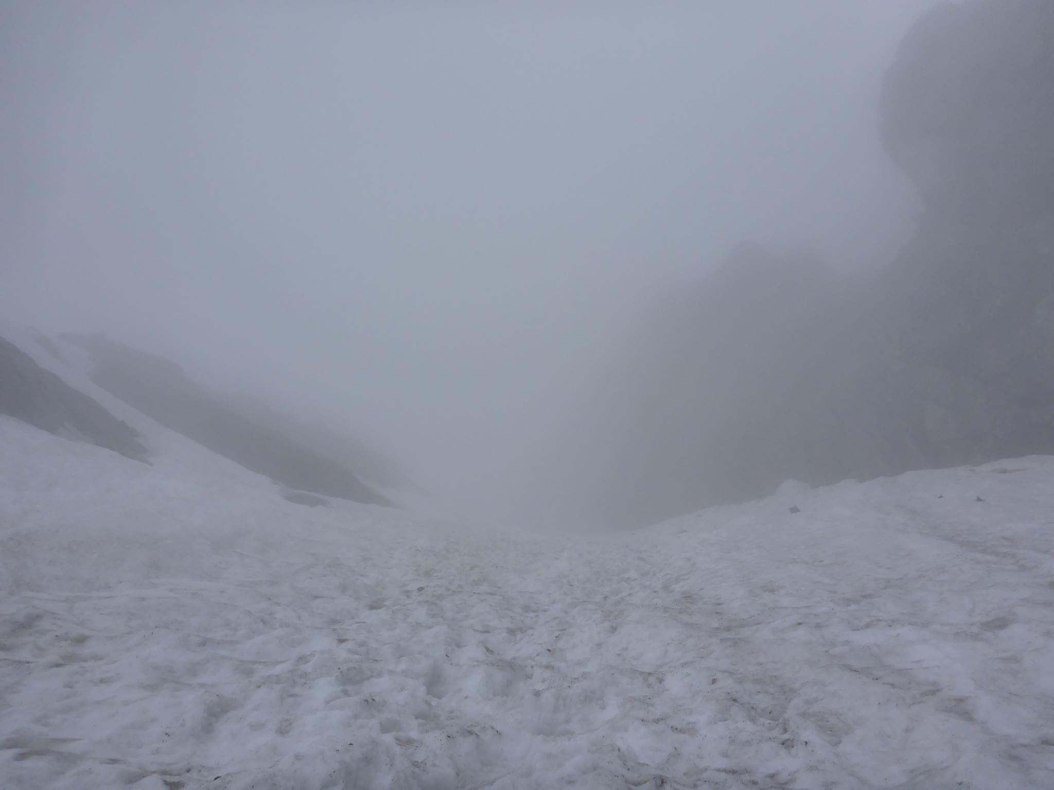 Le brouillard arrrive et avec lui un vent puissant qui me pousse en arrière