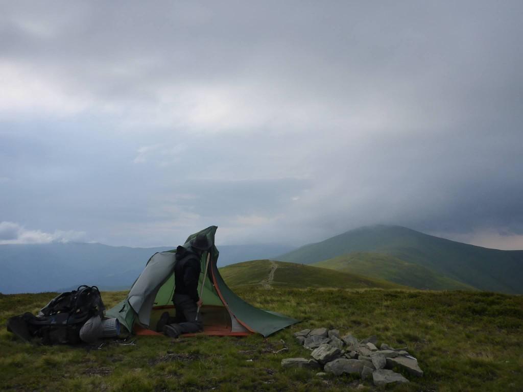 Je plante la tente sous des vents très puissants. Un orage pendant la nuit me permit de dormir à peine trois heures