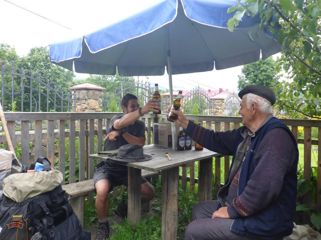 Yurii, un joyeux pépé, m'invite pour quelques bières. Presque à jeun et bien fatigué de ma journée je repars complétement bourré sur la route.