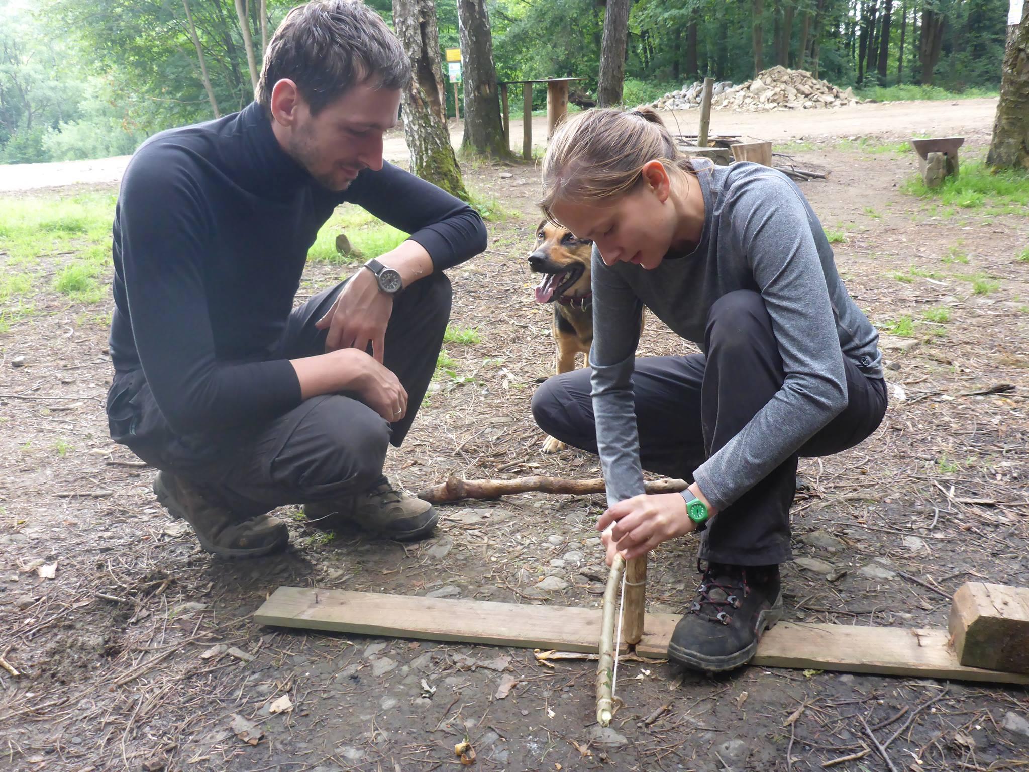 Je rencontre Kasa et Marcin avec qui je passe une bonne soirée de bivouac. Je leur apprend à allumer un feu à l'archet
