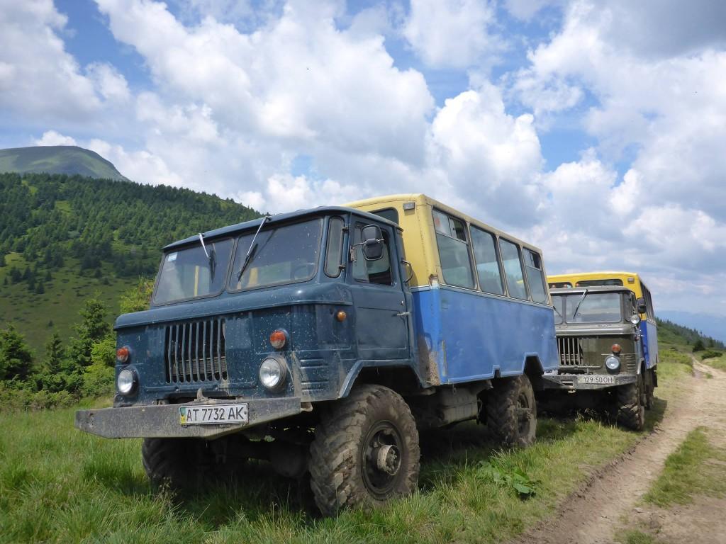 Certains touristes préfèrent prendre les moyens motorisés afin de s'approcher de la montagne