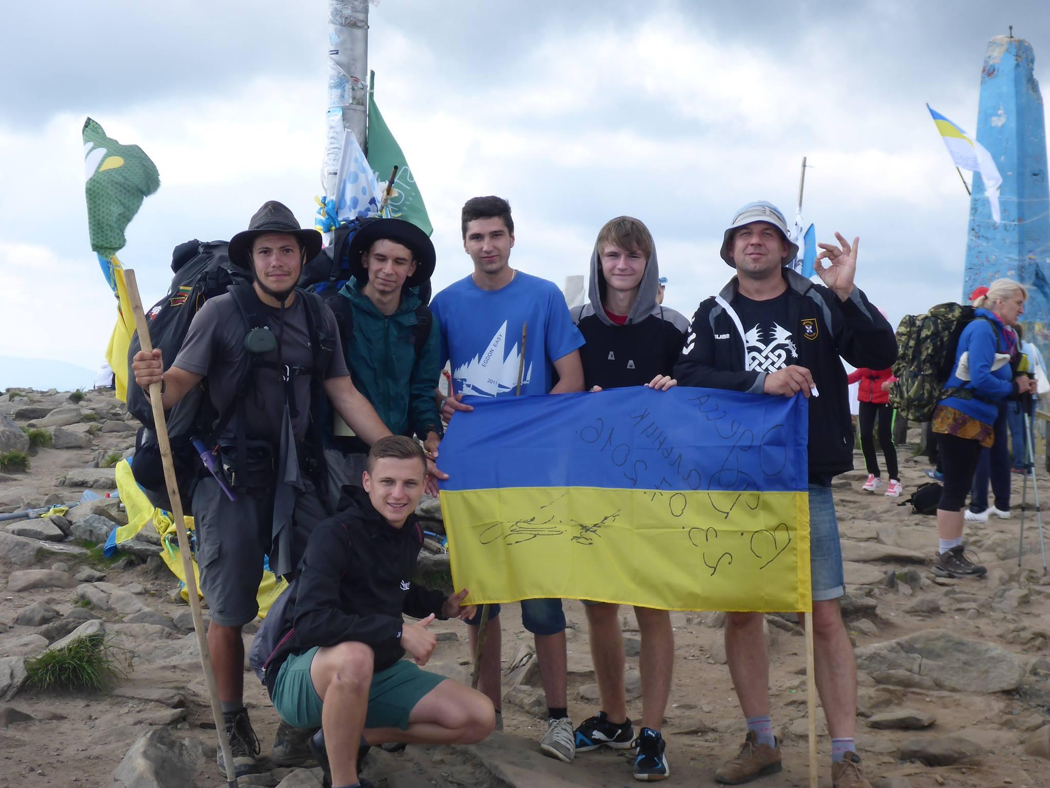 En compagnie d'un Ukrainien rencontré au matin nous arrivons au sommet. J'ai droit à une interview grace à un journaliste ayant entendu parlé de mon projet de marche