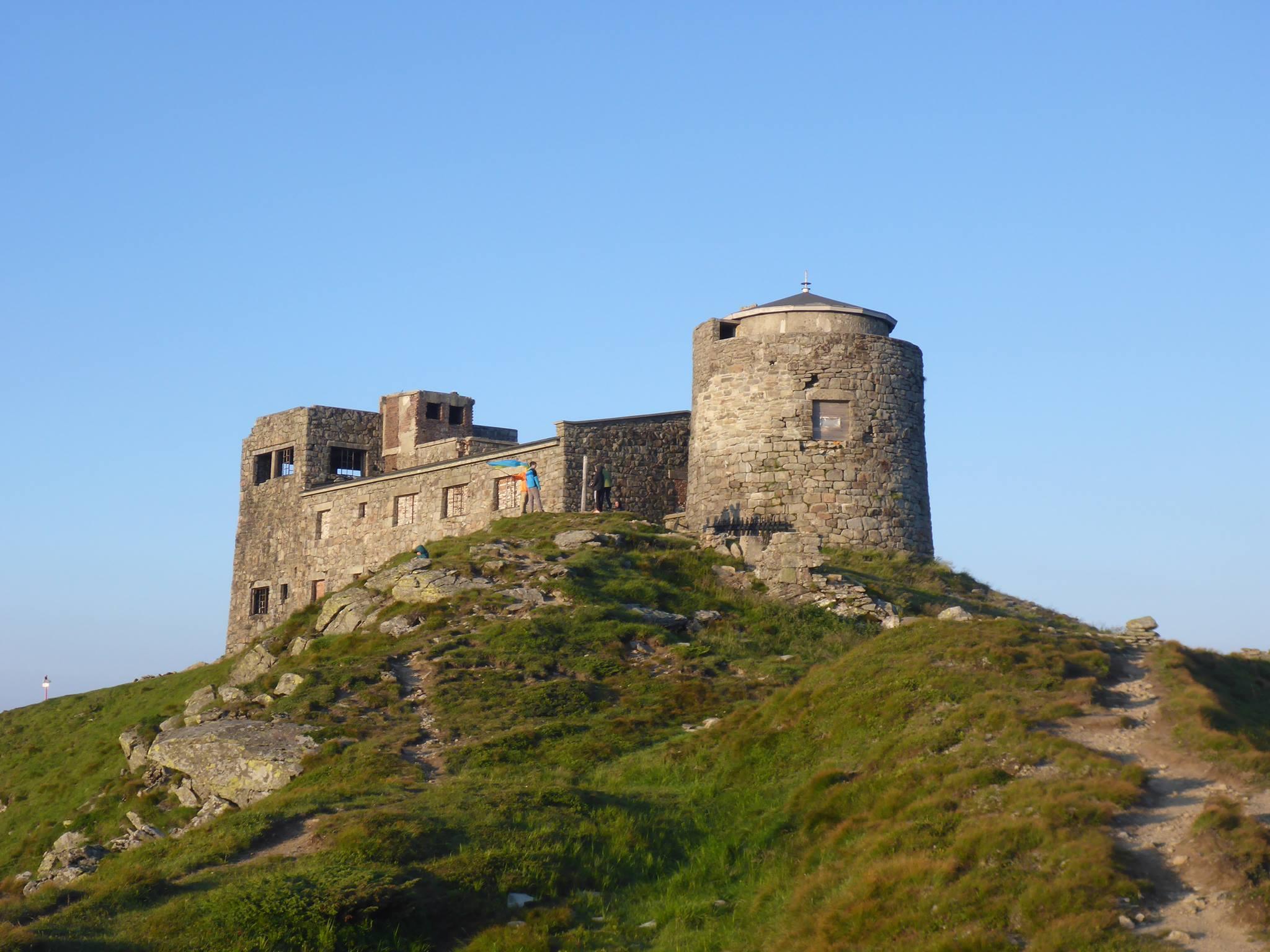Nous atteignons le Pip Ivan (Prince Ivan en français), un ancien observatoire à l'abandon. Il est le bâtiment le plus haut perché du pays