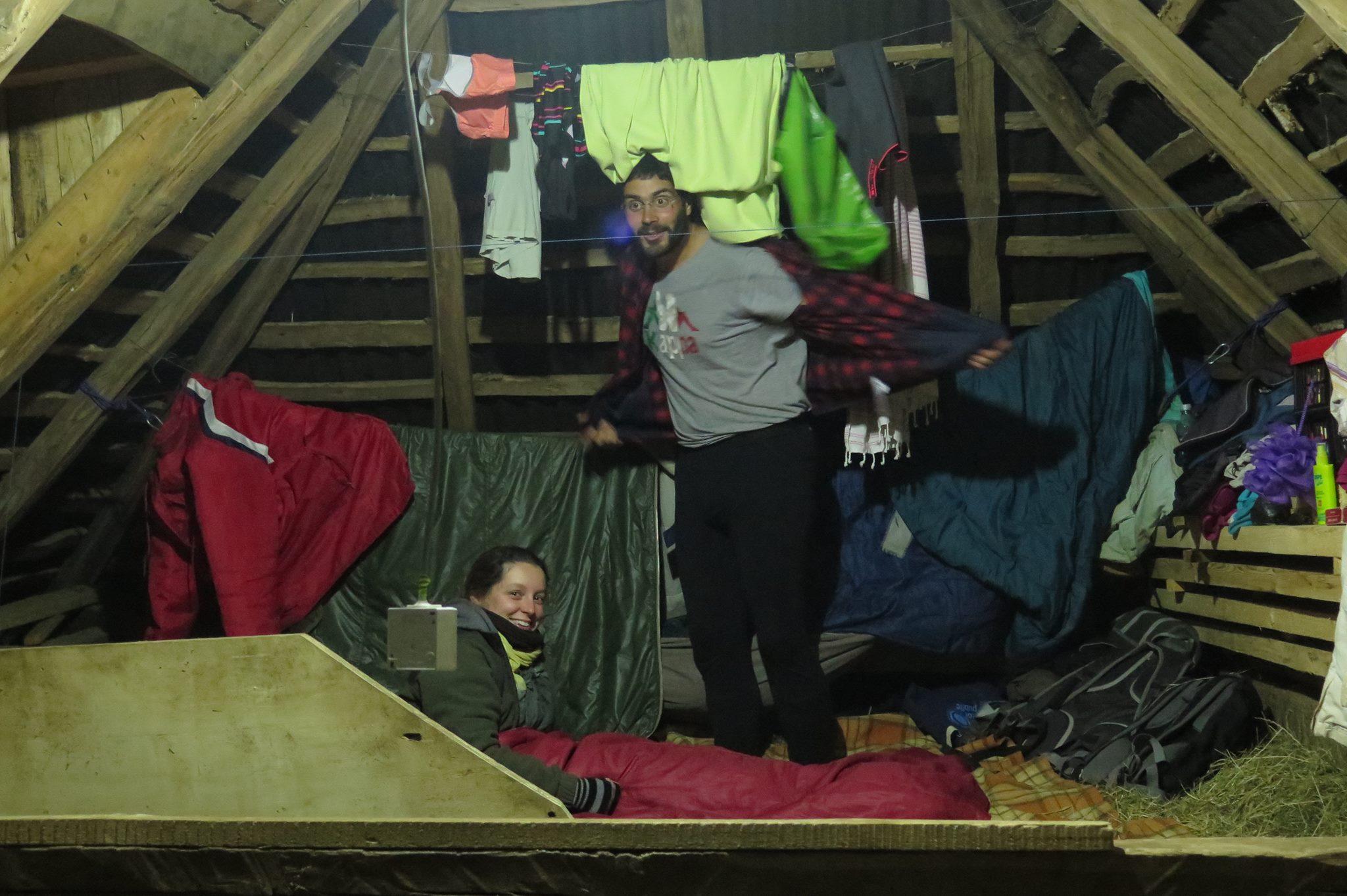 Certains dorment dans la grange sur du bon foin