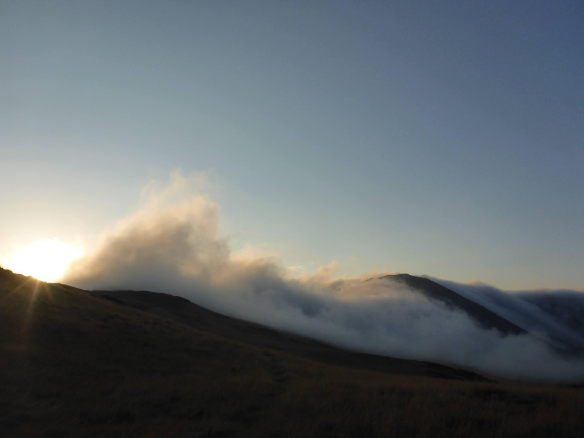 Les nuages dévalent la montagne au matin