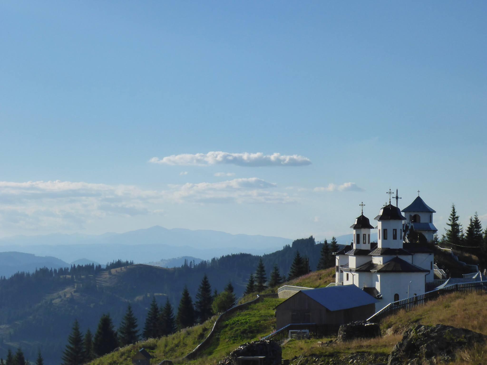 Un monastère isolé dans la montagne