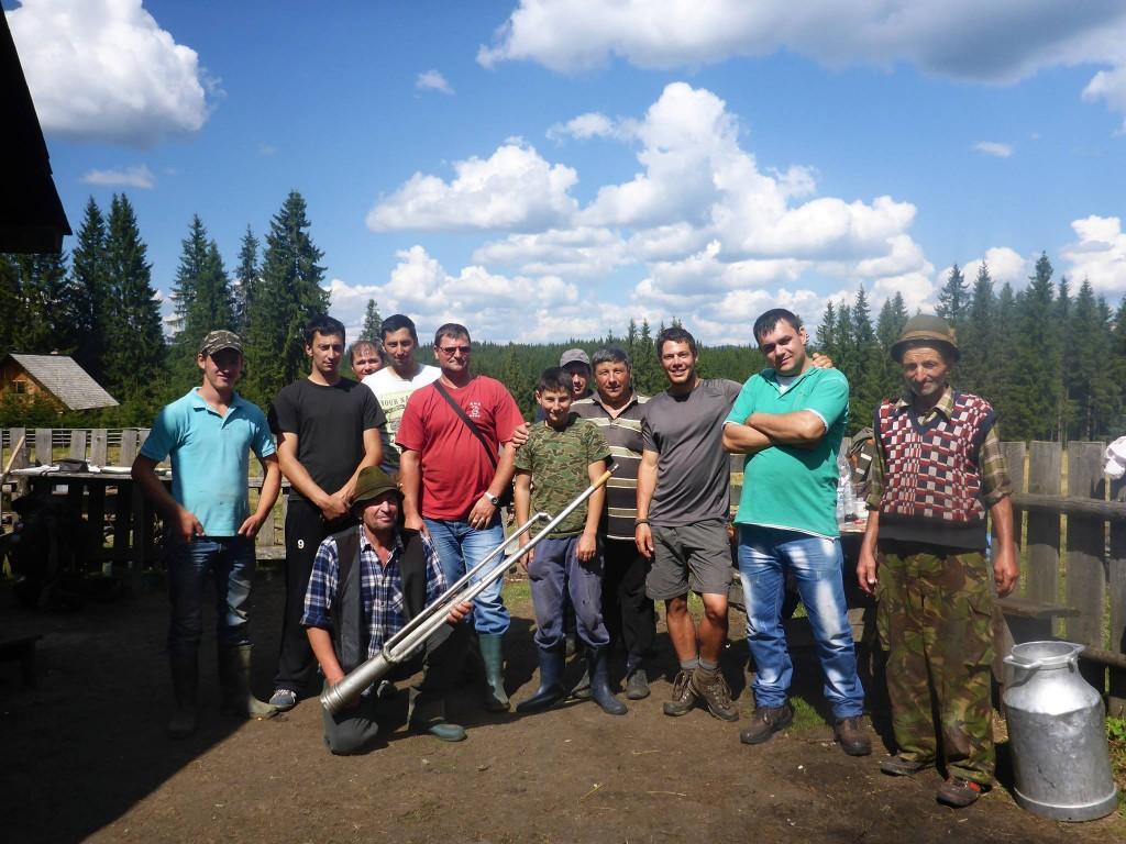 Je rencontre le lendemain un groupe de roumains qui m'invitent pour leur repas (un mouton fraichement tué)
