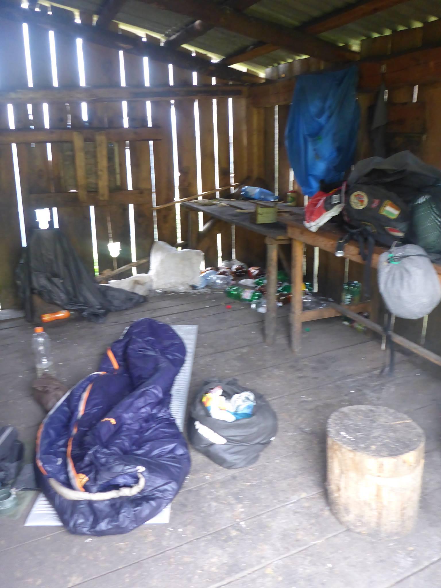 Je passe la nuit dans une bergerie abandonnée. Le vent n'a fait que hurler toute la nuit. Heureusement que quelques souris étaient là pour me tenir compagnie
