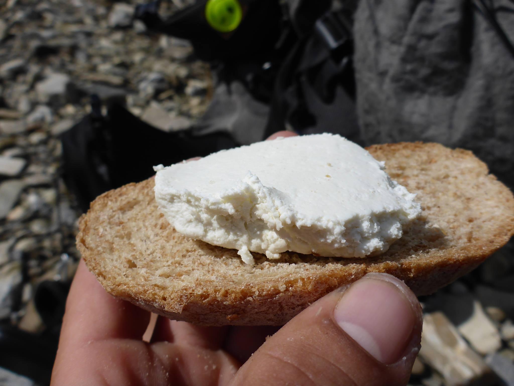 Un groupe de berger m'offre plus d'un kilogramme de leur fromage frais. La technique consiste a le manger en agrémentant chaque bouchée par une petite pincée de sel