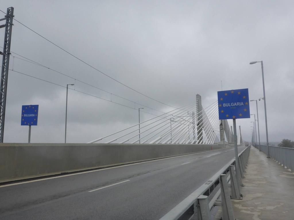 Et j'arrive enfin en Bulgarie après presque dix jours de marche dans cette région horrible. J'arrive à la ville de Vidin le moral dans les chaussettes. Mais cela c'est sans savoir se que la magie du voyage allait m'offrir deux heures après