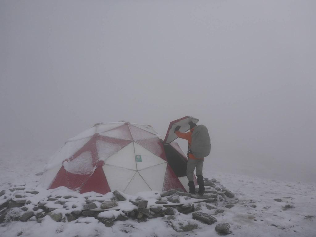 """La neige et le brouillard sont de la partie. Nous trouvons un abri d'urgence pour la nuit. Nous le baptisons le dome """"star wars"""""""