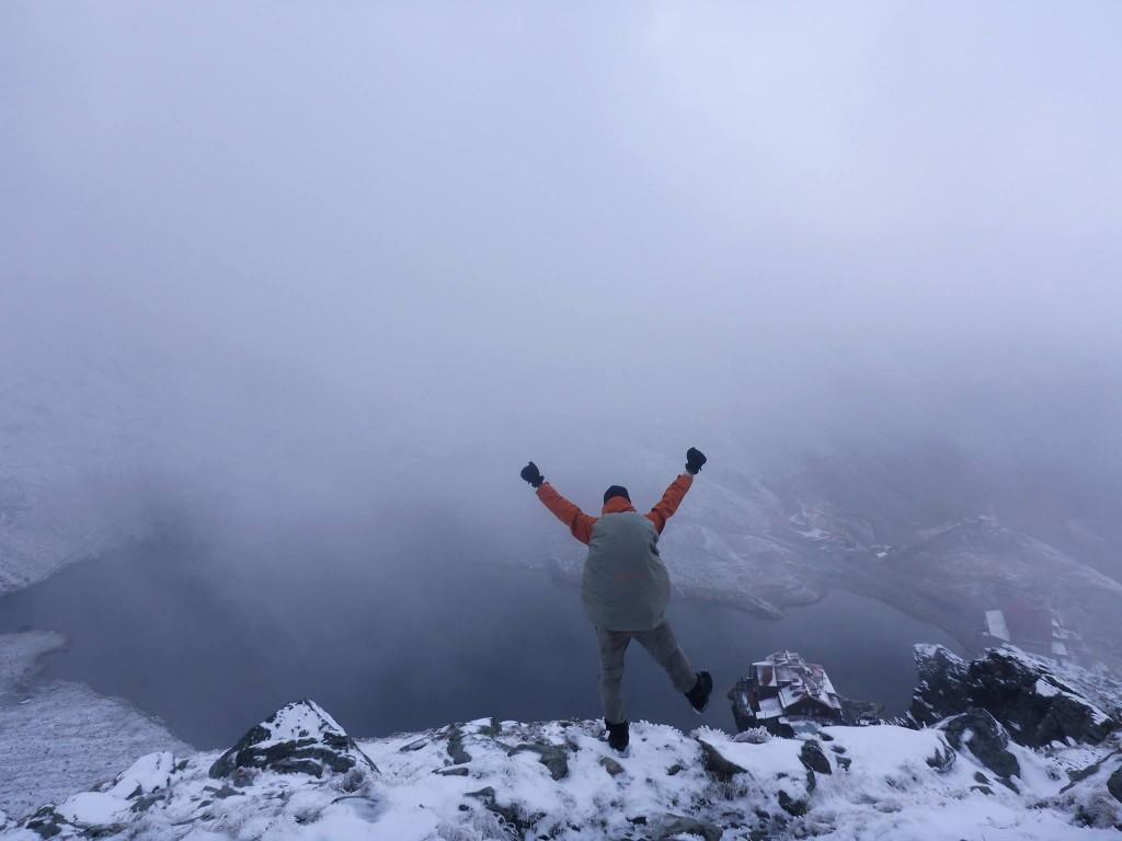 Nous arrivons à la station de montagne des fagaras situé à 2000 mètres d'altitude. Une route très célèbre passe par dessus les montagnes : La transfagarasan. Florent repartira en stop par cette route afin de revenir en France