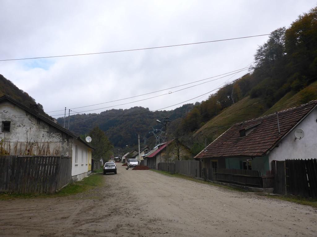 J'arrive vers la ville de Vulcan puis pars à travers de petits villages en cherchant un moyen d'atteindre les crêtes