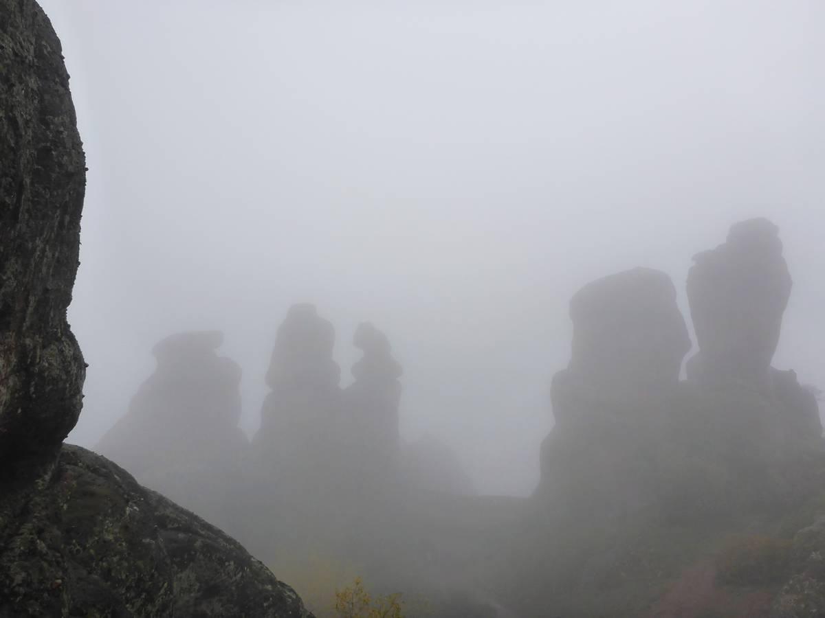 Les célèbres rochers de Belogradchik, sous la brume épaisse.