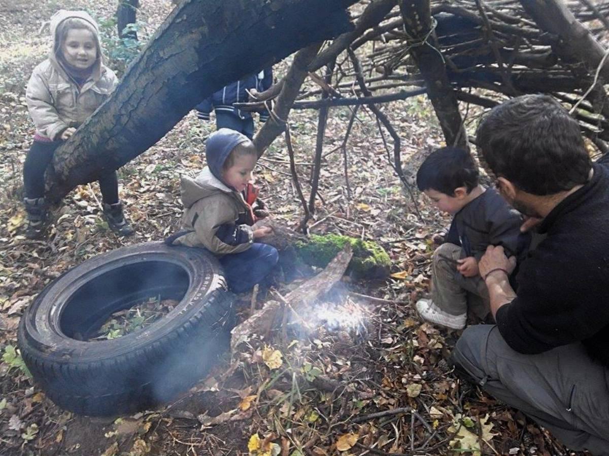 Kirilka travaillant dans une garderie d'enfants je l'acompagne une journée afin de leur apprendre à faire des cabanes et un feu