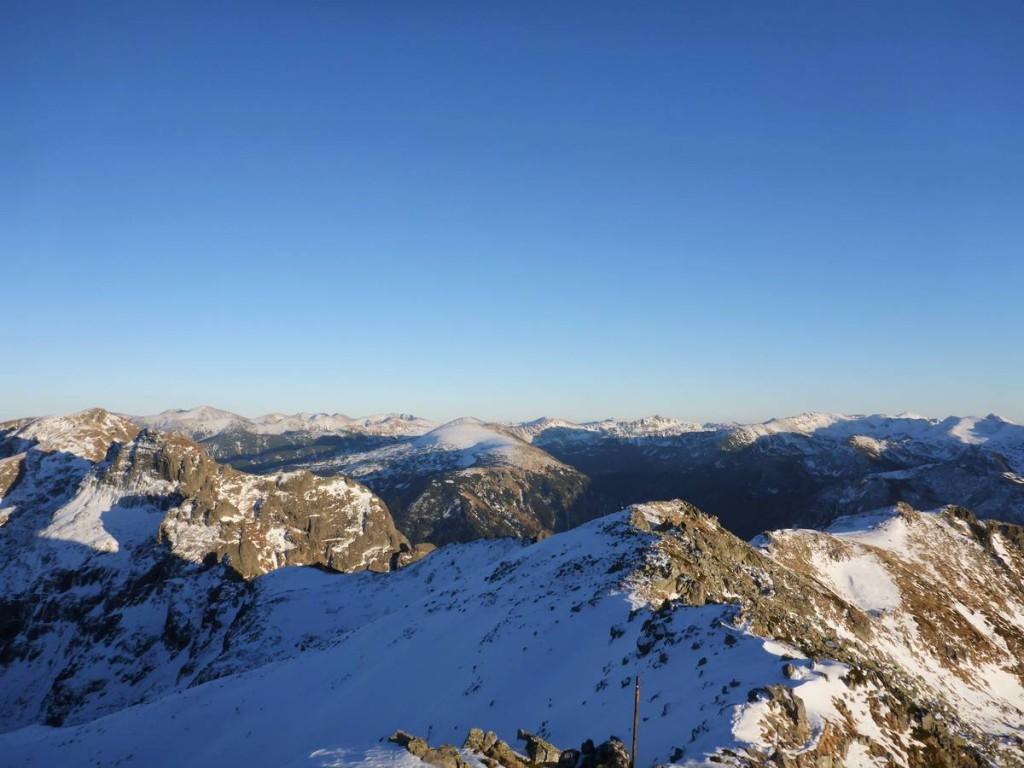 Mais l'avancée dans la neige devient extrèmement lente et épuisante, surtout sur les crêtes rocheuses