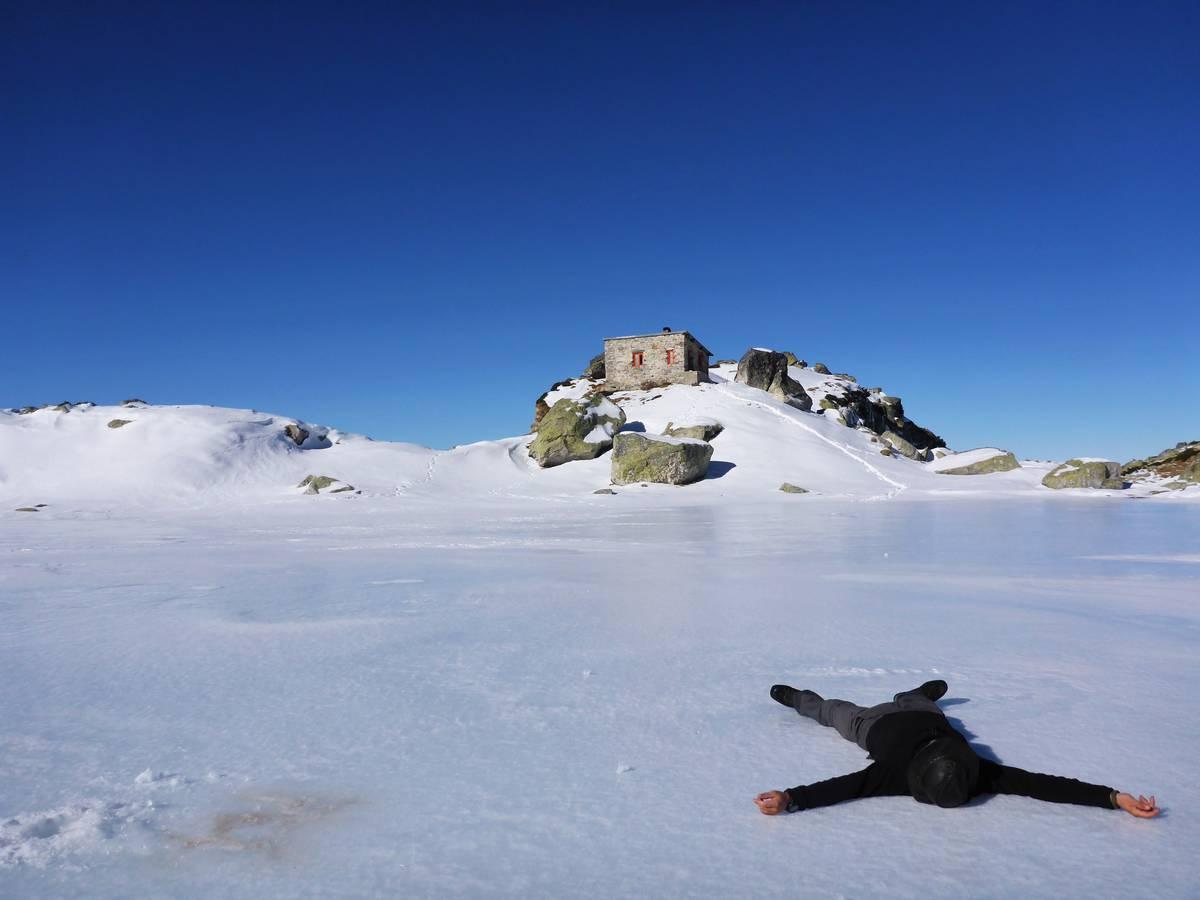 Je reste une demi journée et une nuit dans ce petit abri à 2400 mètres. Le lac gelé est un vrai terrain de glissades