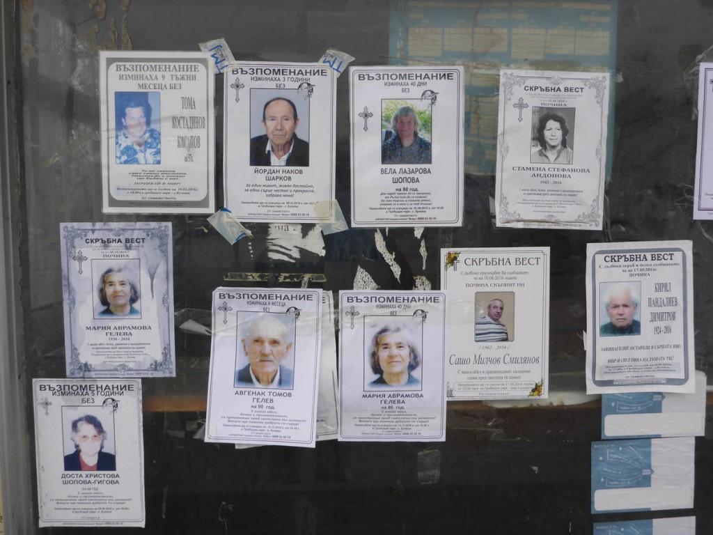 L'ancienne coutume et persistante de Bulgarie : Afficher les personnes décédés par ce genre d'affiches collés sur la porte des maisons ou en plein milieu des places publiques. Bien glauque