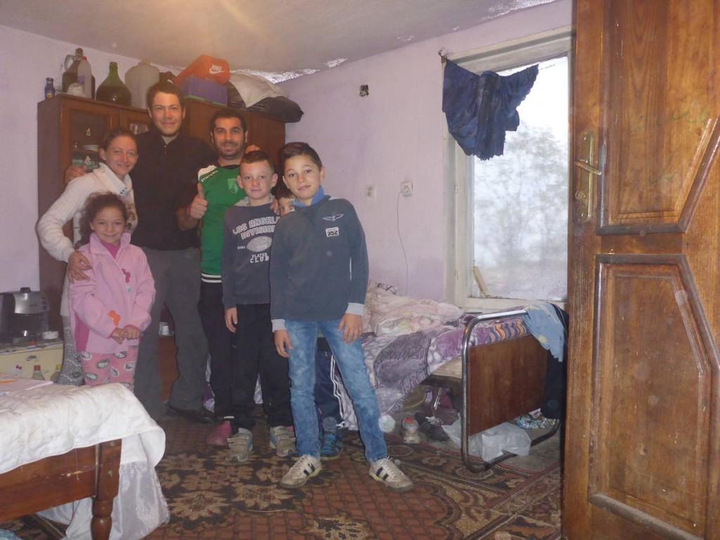 Une famille vivant dans une sorte de bidonville sur une colline m'invite à passer la nuit chez eux.