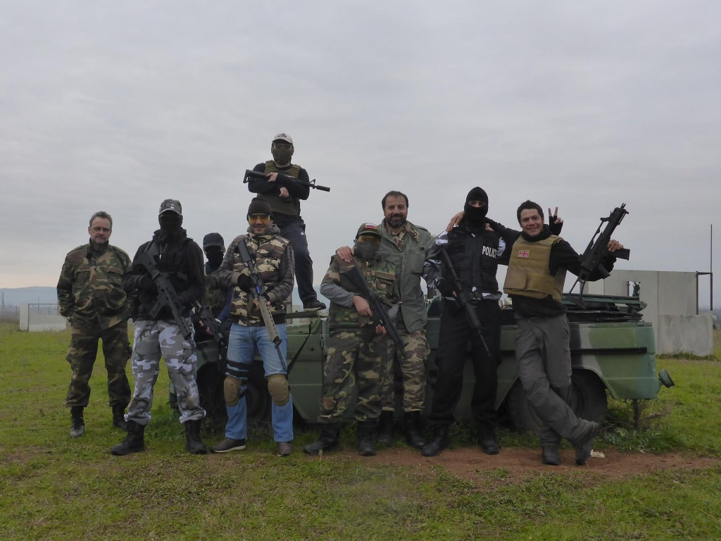 Alors que je marche en pleine campagne je rencontre cette équipe d'airsoft qui m'invite à joue quelques parties avec eux
