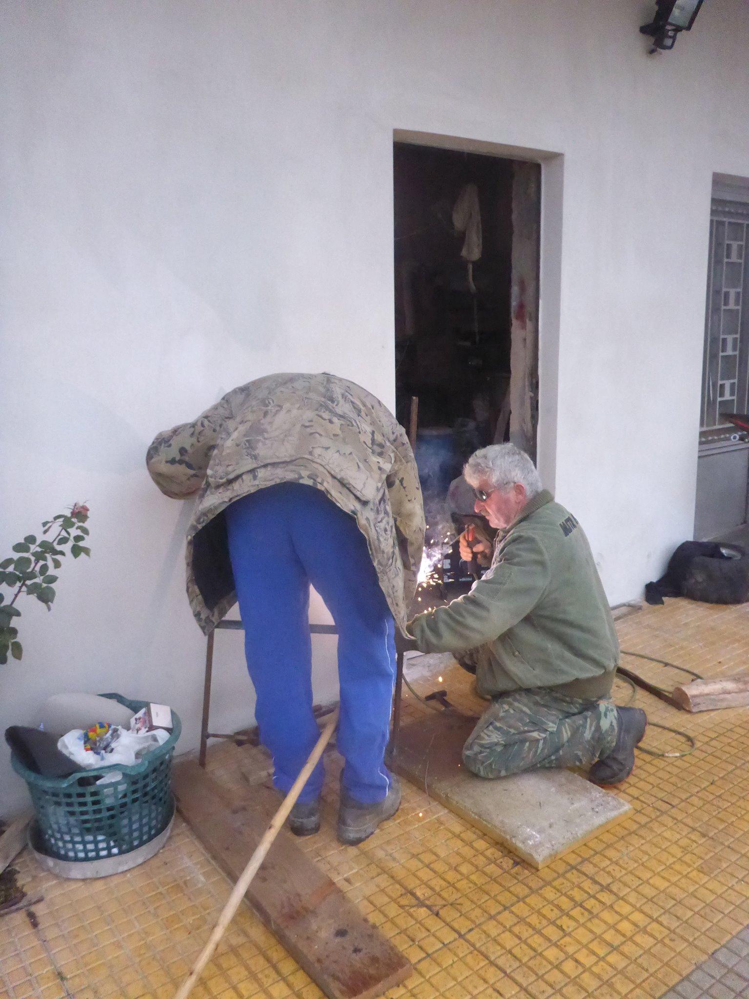 Un père et son fils me rajoutent un centimètre de métal sur la ferrure de mon bâton de marche