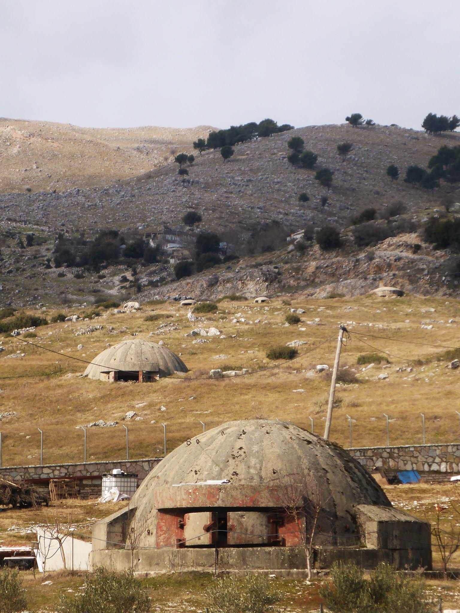Il y a plus de 700 000 bunkers dispersés dans tout le pays. Cela dut à une paranoïa assez prononcée de l'ancien dictateur Enver Hoxha