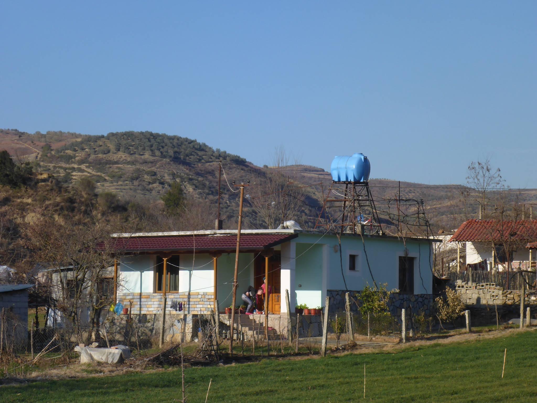 Chaque maison possède une réserve d'eau sur le toit afin de se prémunir des fréquentes coupures d'eau survenant aléatoirement dans le pays
