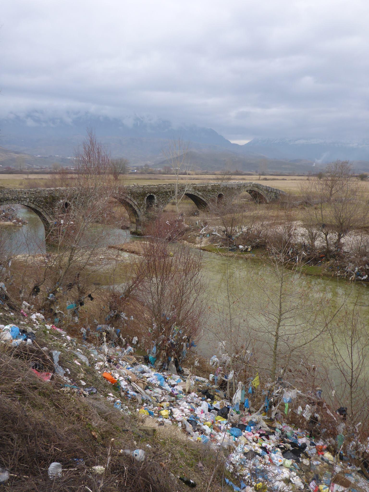 Dans les rivières, les bords de routes, les champs, les arbres, les villages, les détritus sont un peu de partout