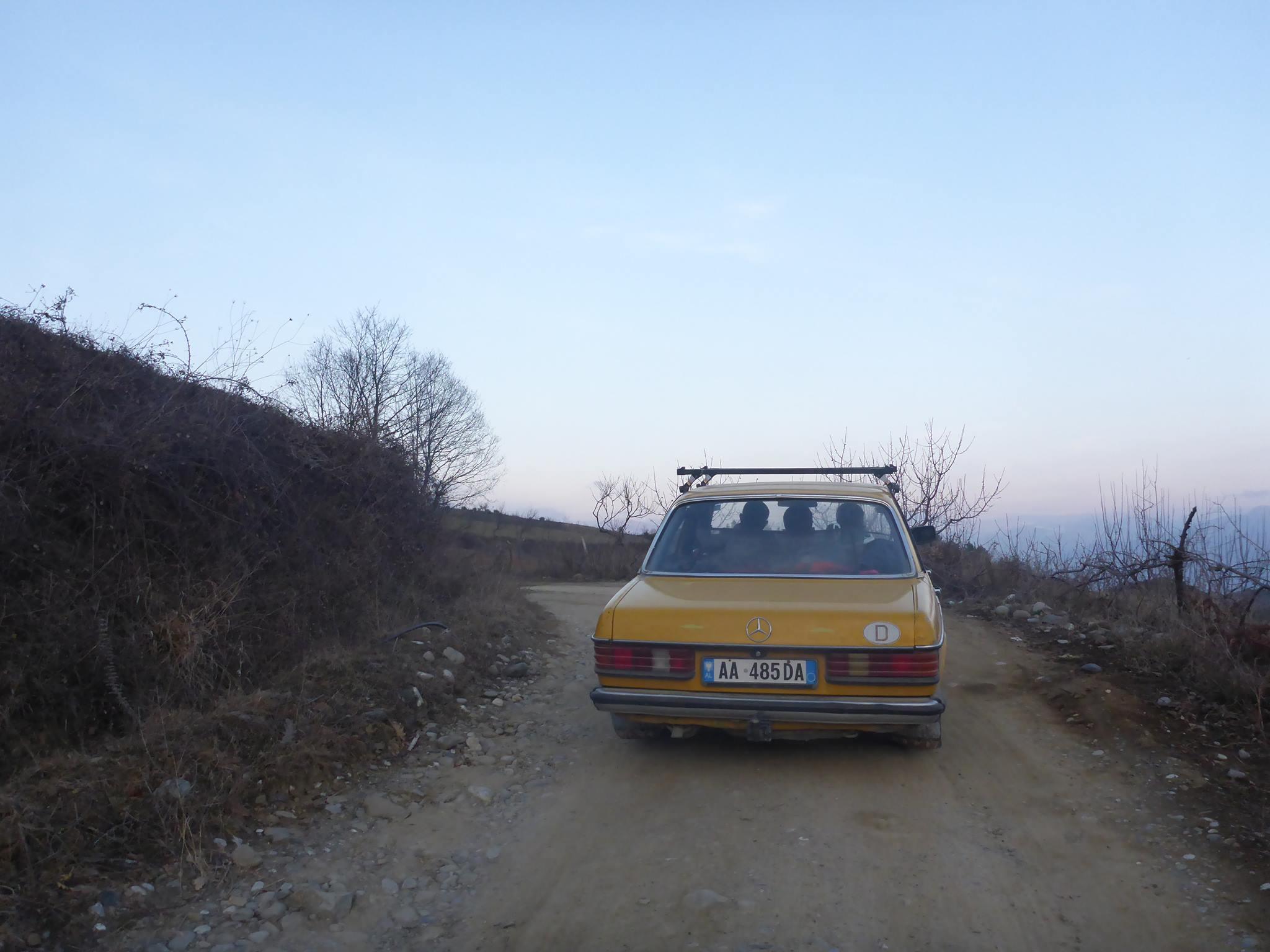 Le parc automobile de l'Albanie est constitué de près de 80% de Mercedes. Cela pour leur robustesse et leur facilité à réparer
