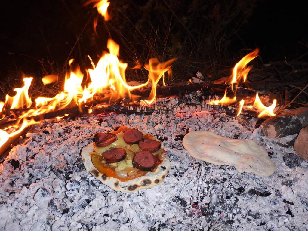 Nous cuisons chappatis et pizzas maison sur les braises rougeoyantes