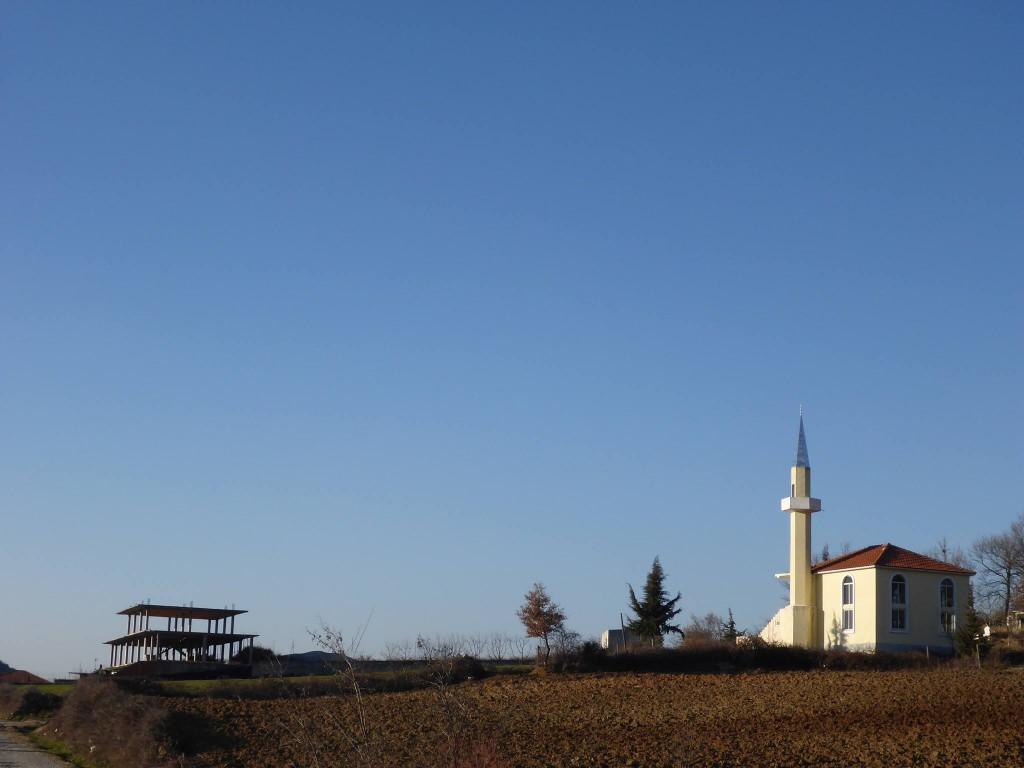Des mosquées et leur minaret apparaissent souvent dans le paysage. Le pays est en grande partie musulman mais la religion n'étant pas du tout identitaire, la mixité avec l'orthodoxie et le catholicisme se fait dans une belle entente,