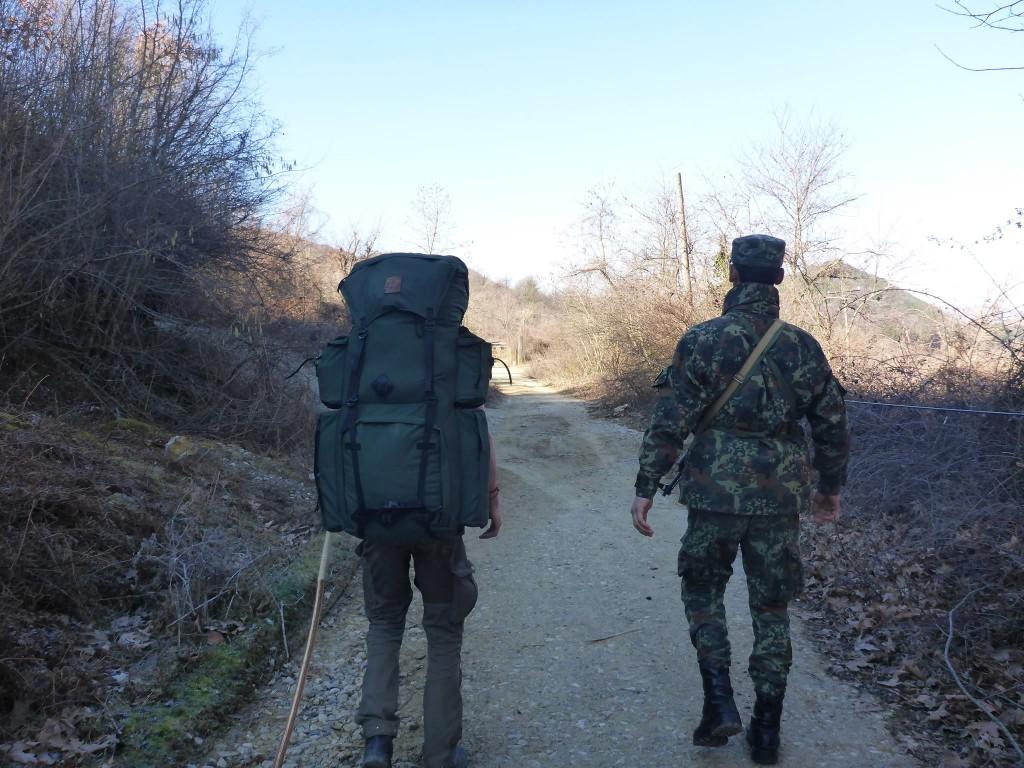 Un militaire un peu péteux nous raccompagne sur le bon chemin