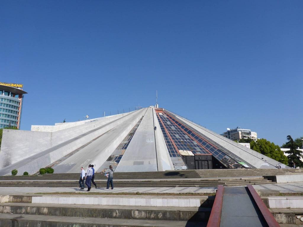 La pyramide de Tirana, anciennement un musée à la mémoire du dictateur Enver Hoxha et laissée à l'abandon depuis
