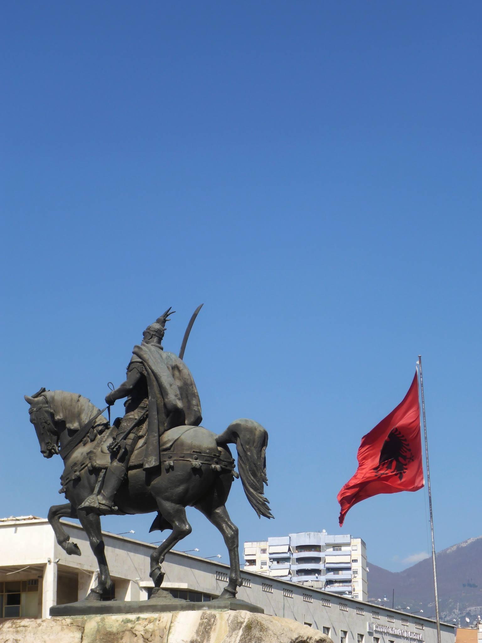 La statue de la place Skanderbeg, le héros national de l'Albanie.