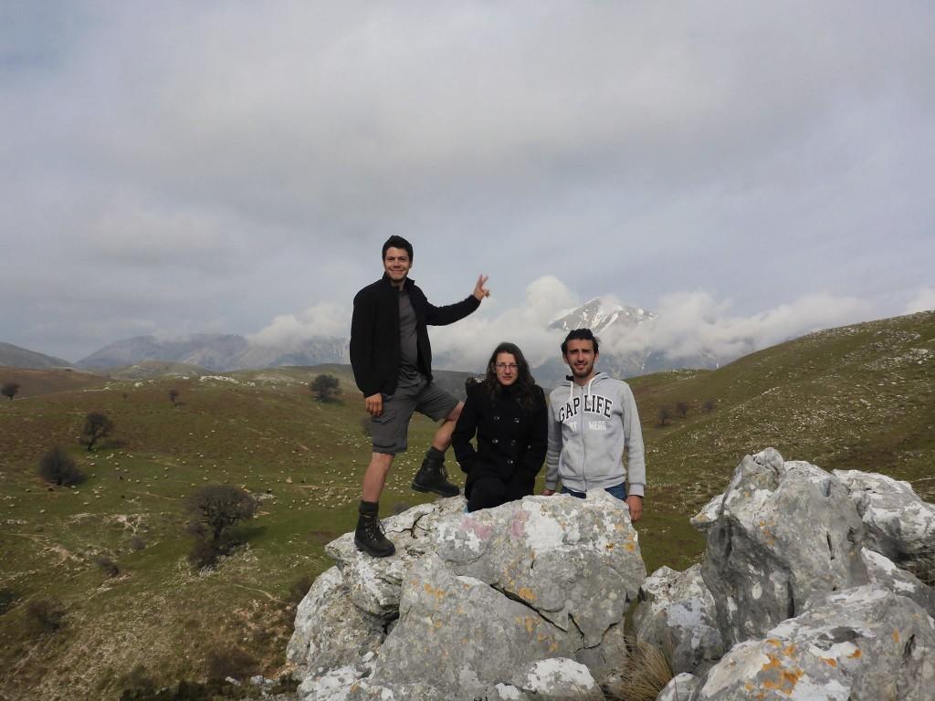 Mardit et sa soeur me montrent les montagnes auquels les moutons et brebis se rendent quotidiennement