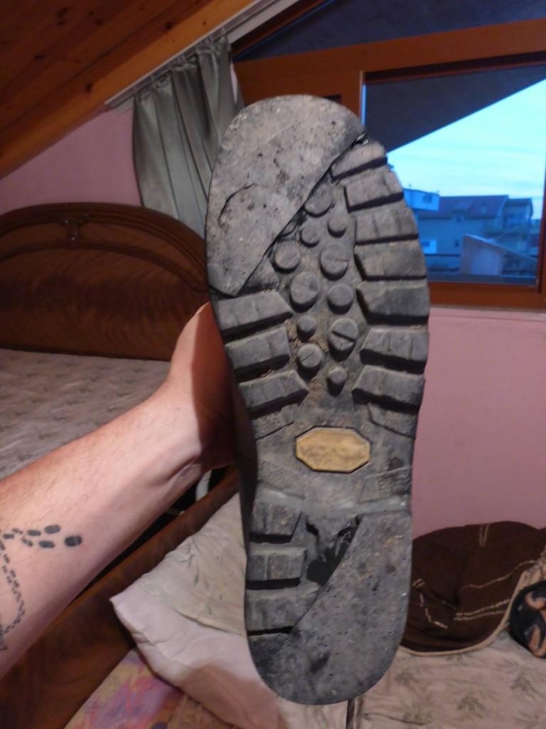 Un cordonnier me renforce mes chaussures comme il le peut. Elles tiendront bien encore mille kilomètres