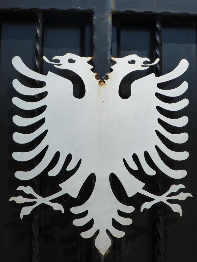 L'aigle bicéphale, symbole de l'Albanie ainsi que d'autres pays le portant aussi sur leur drapeau national.