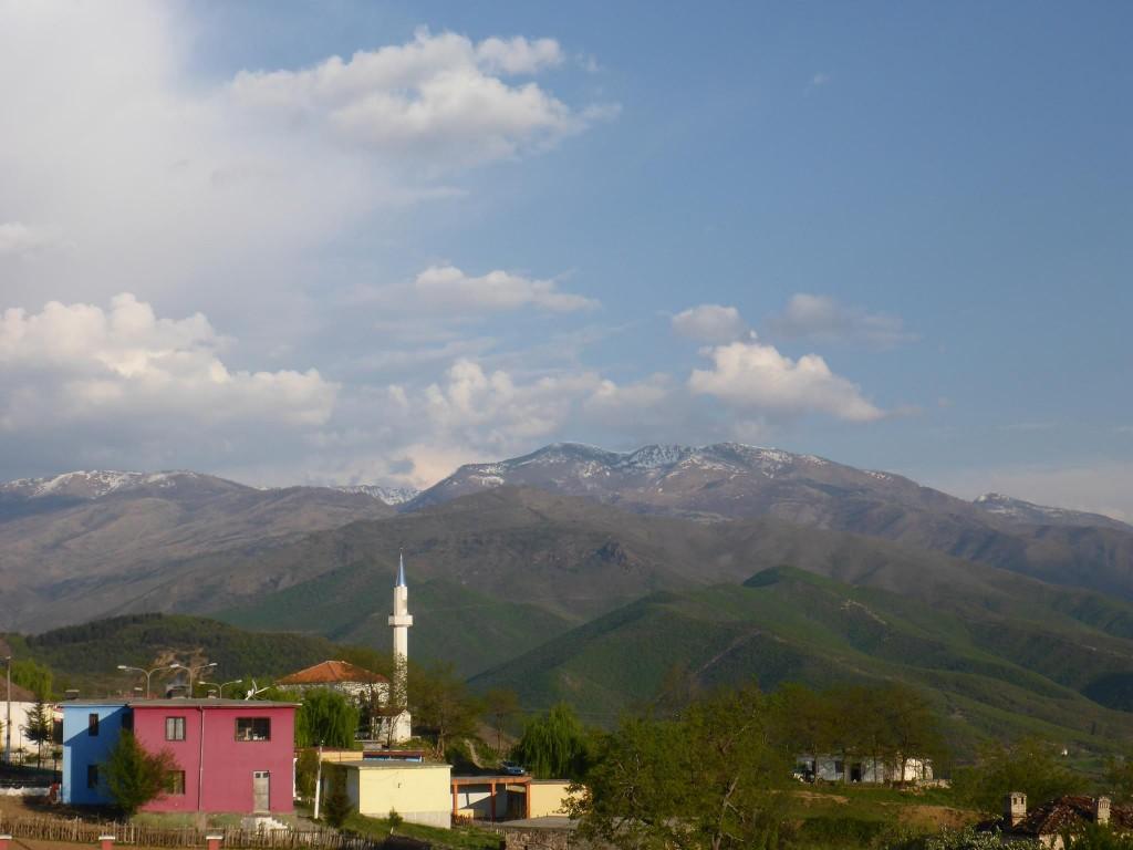 Toujours cette petite mosquée pointant sa flèche des villages